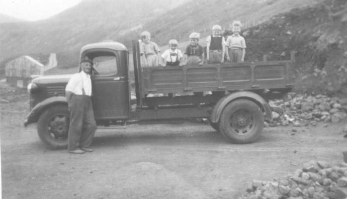 Lastbilur við børnum í Langadølum