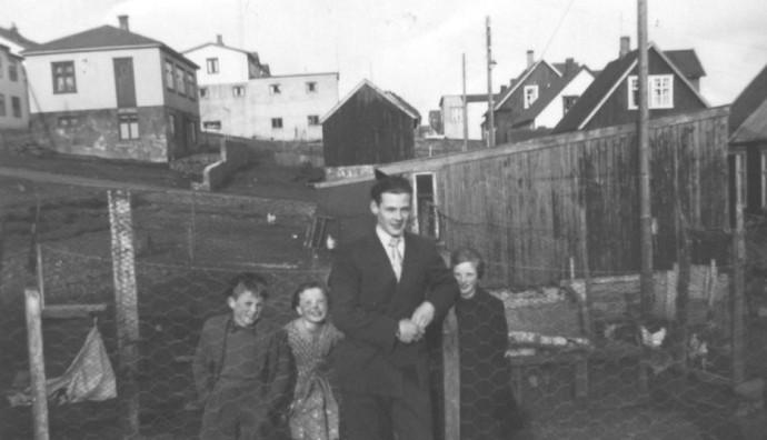 John Gaard og børn í túninum