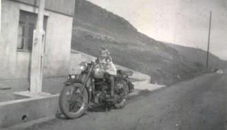 Á motorsúklu hjá Haakon Djurhuus