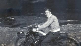 Á motorsúklu
