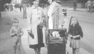 Esther hjá Missinum og Anna hjá John í 1930unum