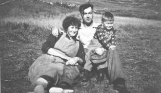Anna og Hermann og John Petersen