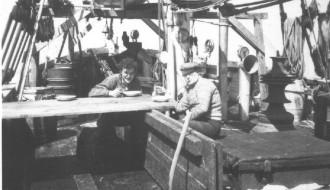 Arni og Aksal umborð á Elin í 1958/1959