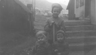 Børn í túninum
